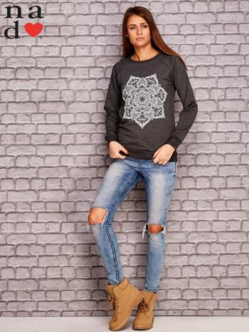 Ciemnoszara bluza z ornamentowym nadrukiem                                  zdj.                                  2