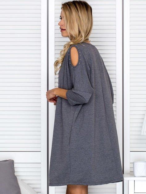 Ciemnoszara sukienka damska oversize z perełkami i okrągłą naszywką                              zdj.                              5