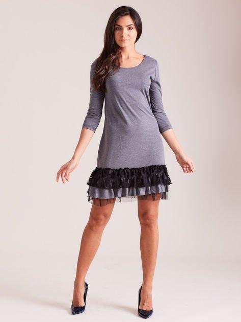 Ciemnoszara sukienka z tiulem i koronkową falbaną                              zdj.                              4