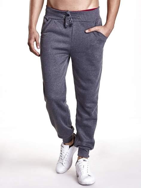 Ciemnoszare dresowe spodnie męskie z trokami w pasie i kieszeniami                                  zdj.                                  1