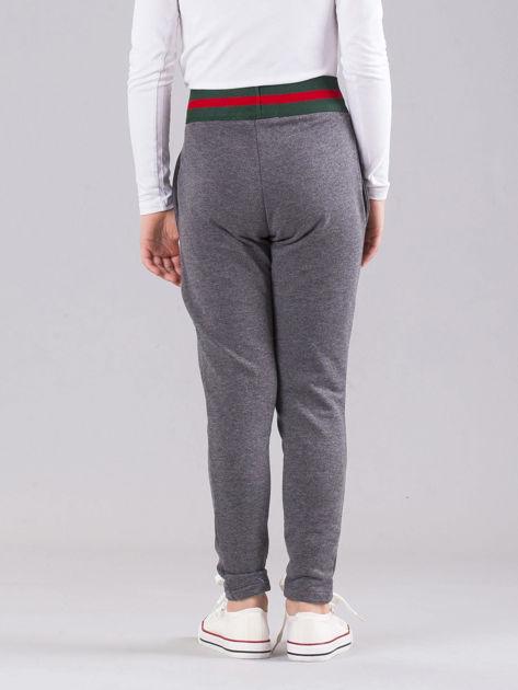 Ciemnoszare dziewczęce spodnie dresowe z kieszeniami                              zdj.                              2