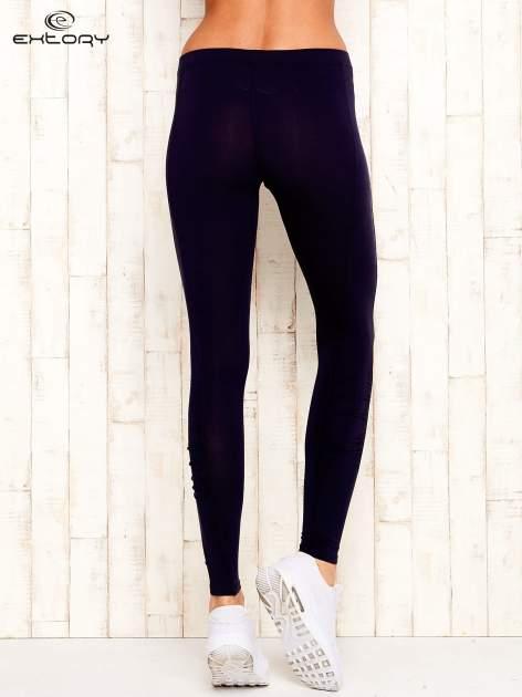 Ciemnoszare legginsy sportowe z drapowaniem                                  zdj.                                  3