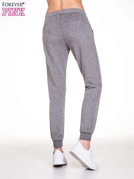 Ciemnoszare spodnie dresowe damskie z guziczkami                                  zdj.                                  4