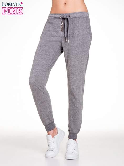 Ciemnoszare spodnie dresowe damskie z guziczkami                                  zdj.                                  1