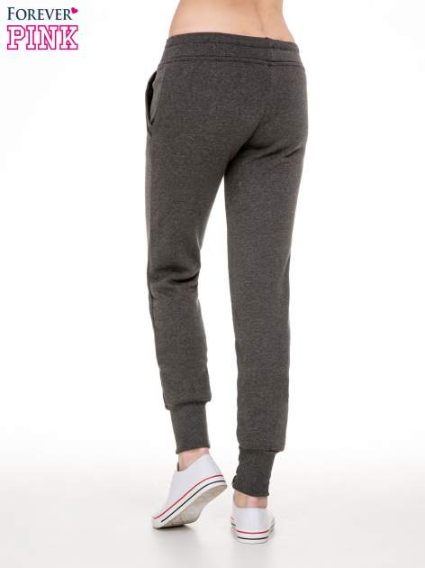 Ciemnoszare spodnie dresowe z guziczkami przy ściągaczu                                  zdj.                                  2