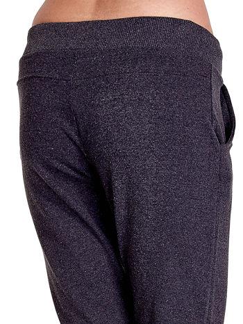 Ciemnoszare spodnie dresowe z prostą nogawką                                  zdj.                                  7