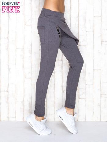 Ciemnoszare spodnie dresowe z suwakami                              zdj.                              2