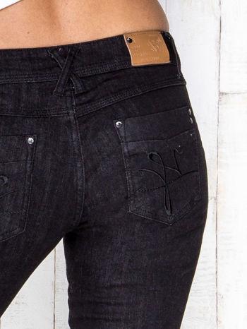 Ciemnoszare spodnie jeansowe z prostą nogawką                                  zdj.                                  4