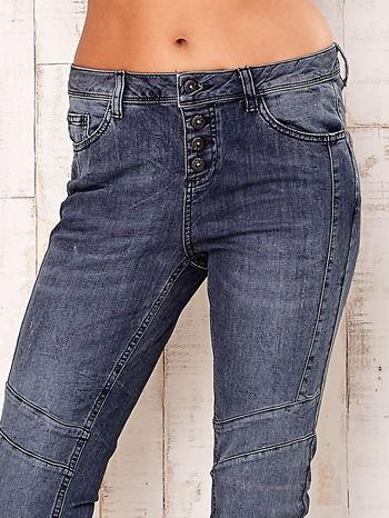 Ciemnoszare spodnie jeansowe z przeszyciami                                  zdj.                                  4