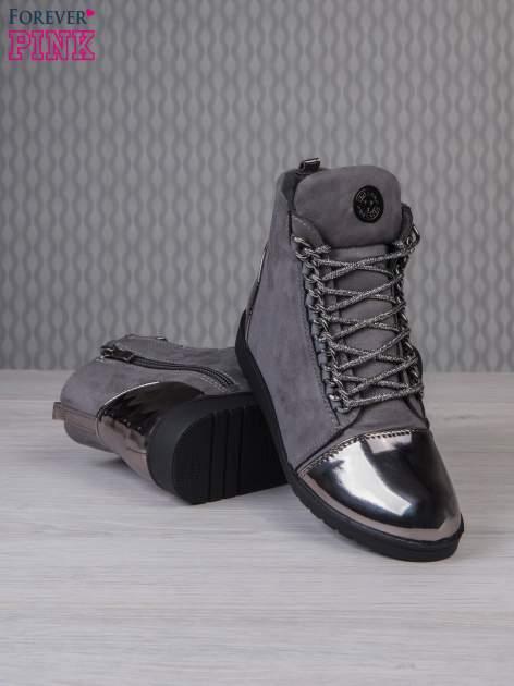 Ciemnoszare zamszowe sneakersy z lustrzanymi elementami                                  zdj.                                  3