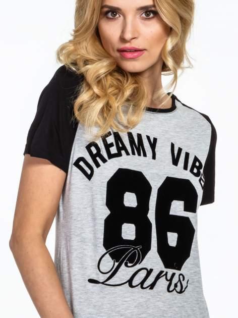 Ciemnoszaro-czarny t-shirt z napisem DREAMY VIBES 86 PARIS                                  zdj.                                  4