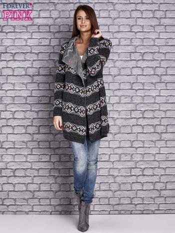 Ciemnoszary dzianinowy sweter z kolorowymi wzorami                                  zdj.                                  2
