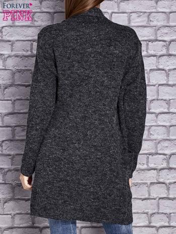 Ciemnoszary melanżowy sweter z kaskadowym dekoltem                                  zdj.                                  2