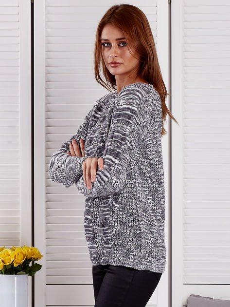 Ciemnoszary melanżowy sweter z warkoczowymi splotami                                  zdj.                                  3