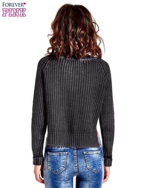 Ciemnoszary sweter cropped z rozporkami                                  zdj.                                  4
