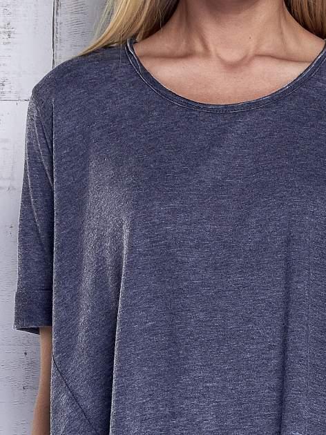 Ciemnoszary t-shirt acid wash z szerokim asymetrycznym dołem                                  zdj.                                  7