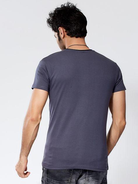 Ciemnoszary t-shirt męski z graficznym printem                              zdj.                              2