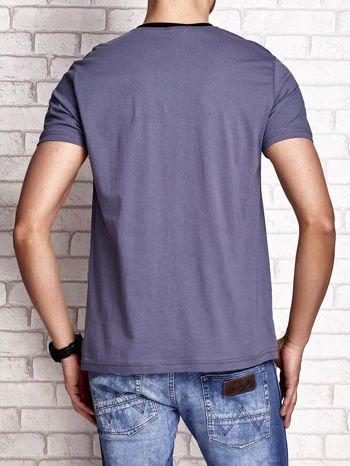 Ciemnoszary t-shirt męski z nadrukiem czaszki i napisami                                  zdj.                                  2