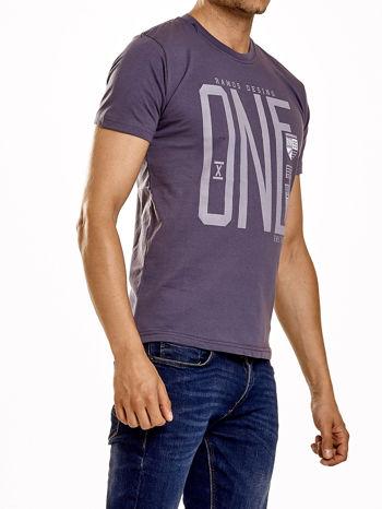 Ciemnoszary t-shirt męski z nadrukiem i napisem ONE                                  zdj.                                  4