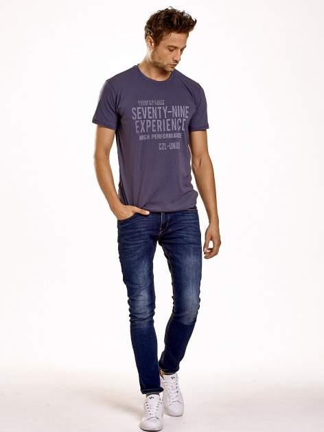 Ciemnoszary t-shirt męski z nadrukiem napisów                                  zdj.                                  3