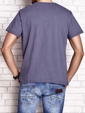 Ciemnoszary t-shirt męski z napisami i liczbą 83                                  zdj.                                  2
