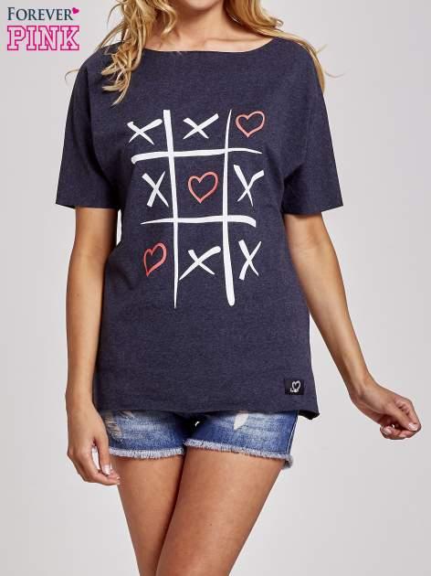 Ciemnoszary t-shirt z motywem serce i krzyżyk                                  zdj.                                  1
