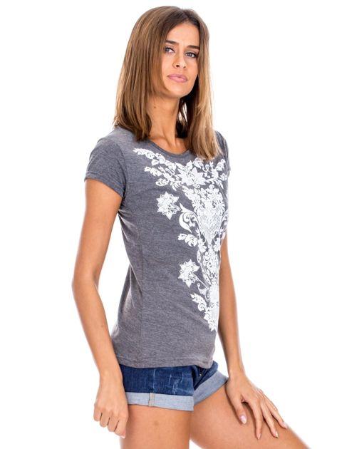 Ciemnoszary t-shirt z nadrukiem roślinnym                              zdj.                              3