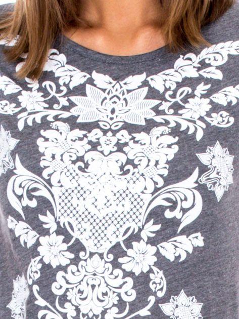 Ciemnoszary t-shirt z nadrukiem roślinnym                              zdj.                              6