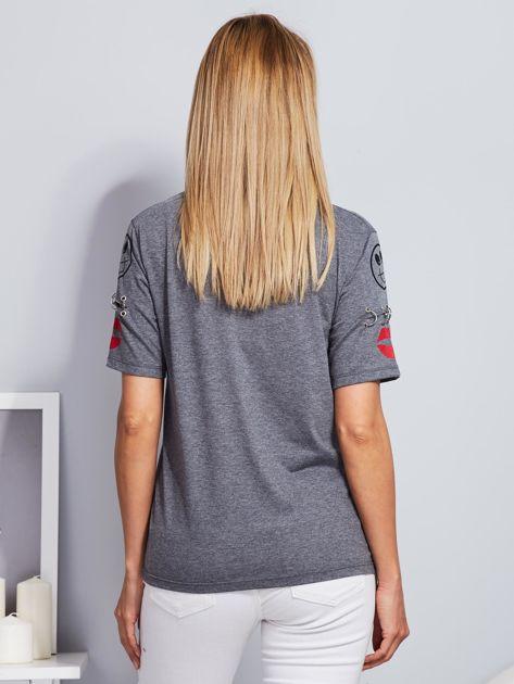 Ciemnoszary t-shirt z napisem i kółeczkami na rękawach                              zdj.                              2