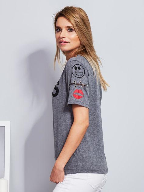 Ciemnoszary t-shirt z napisem i kółeczkami na rękawach                              zdj.                              5