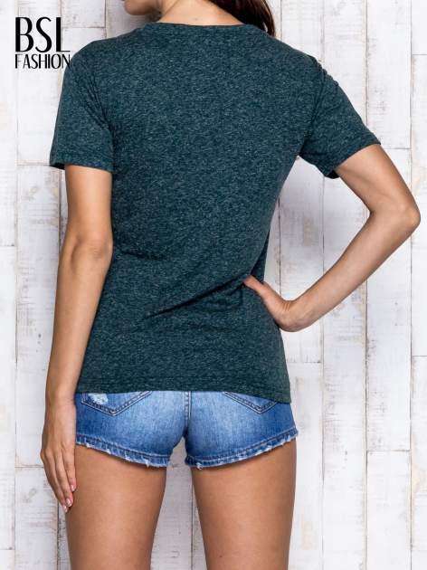 Ciemnozielony melanżowy t-shirt z trójkątnym dekoltem                                  zdj.                                  5