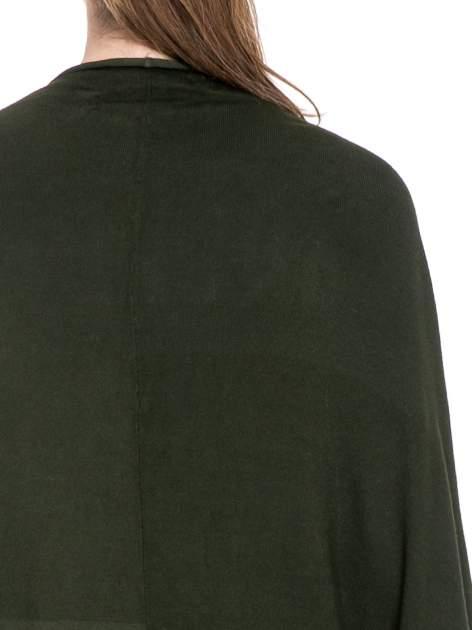 Ciemnozielony sweter narzutka z nietoperzowymi rękawami                                  zdj.                                  7