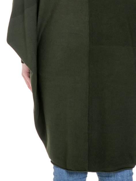 Ciemnozielony sweter narzutka z nietoperzowymi rękawami                                  zdj.                                  8