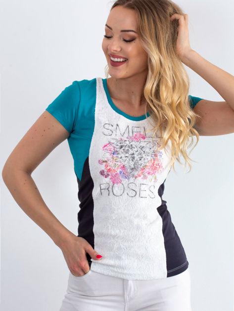 Ciemnoturkusowy t-shirt z napisem                              zdj.                              1