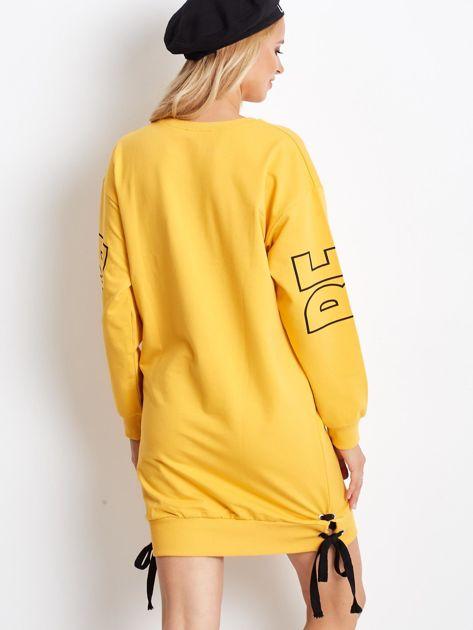 Ciemnożółta dresowa sukienka z nadrukiem                              zdj.                              2