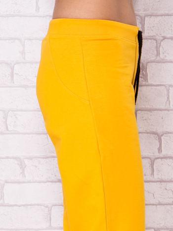 Ciemnożółte spodnie sportowe capri                                  zdj.                                  5