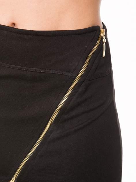 Czarna asymetryczna spódnica ze złotym zamkiem                                  zdj.                                  6
