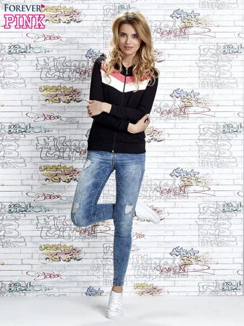 Czarna bluza z kapturem z kolorowymi przeszyciami                                  zdj.                                  2