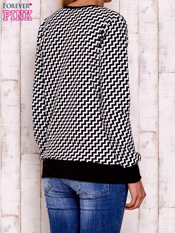Czarna bluza z nadrukiem liter i graficznym tyłem                                  zdj.                                  4