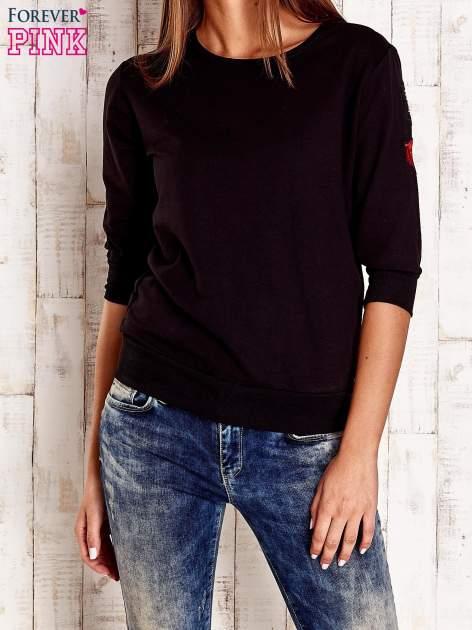 Czarna bluza z naszywkami na rękawie                                  zdj.                                  1