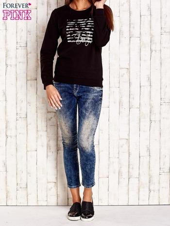 Czarna bluza z tekstowym nadrukiem                                  zdj.                                  2
