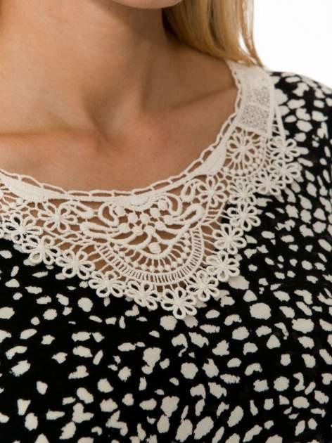 Czarna bluzka w plamki z koronkowym dekoltem                                  zdj.                                  8