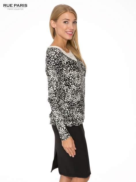 Czarna bluzka w plamki z koronkowym dekoltem                                  zdj.                                  3