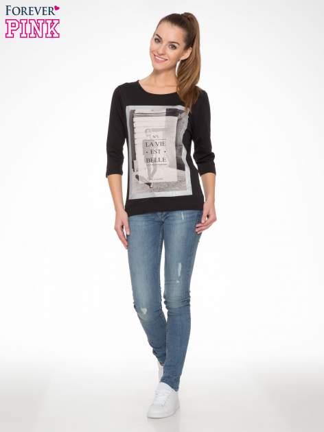 Czarna bluzka w stylu fashion z nadrukiem LA VIE EST BELLE                                  zdj.                                  5