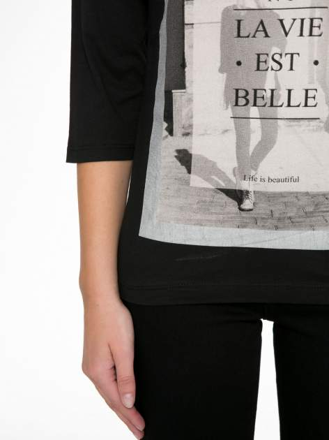 Czarna bluzka w stylu fashion z nadrukiem LA VIE EST BELLE                                  zdj.                                  7