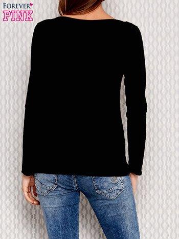Czarna bluzka z biżuteryjną przypinką