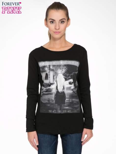 Czarna bluzka z fotografią dziewczyny                                  zdj.                                  1