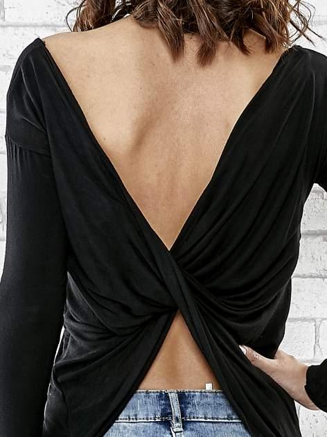 Czarna bluzka z kopertowym dekoltem na plecach                                  zdj.                                  6