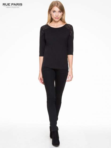 Czarna bluzka z koronkową wstawką na ramionach                                  zdj.                                  2