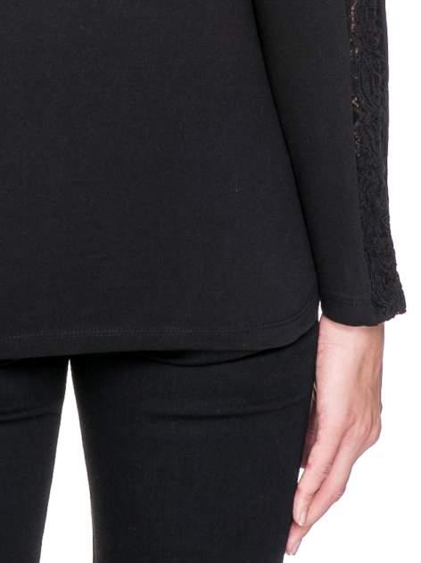 Czarna bluzka z koronkową wstawką wzdłuż rękawów                                  zdj.                                  7